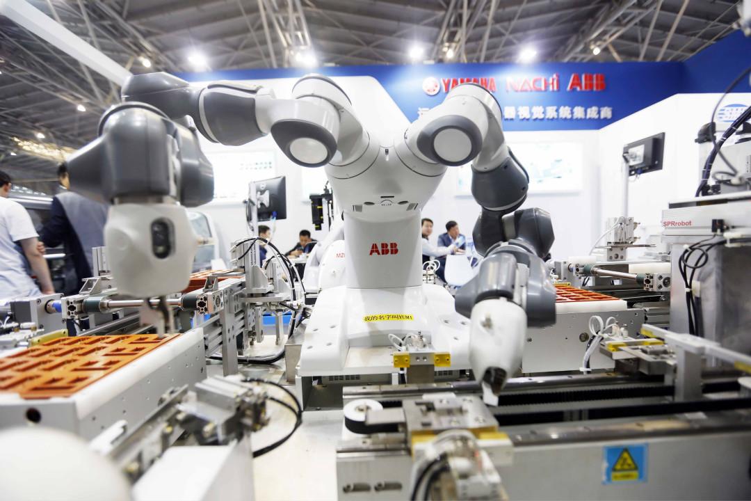 2017年4月25日,第27屆中國國際電子生產設備暨微電子工業展(NEPCON)在上海世博展覽館開幕。圖為一台 ABB 機器人正在電子元件裝配係統上工作。 攝:Imagine China