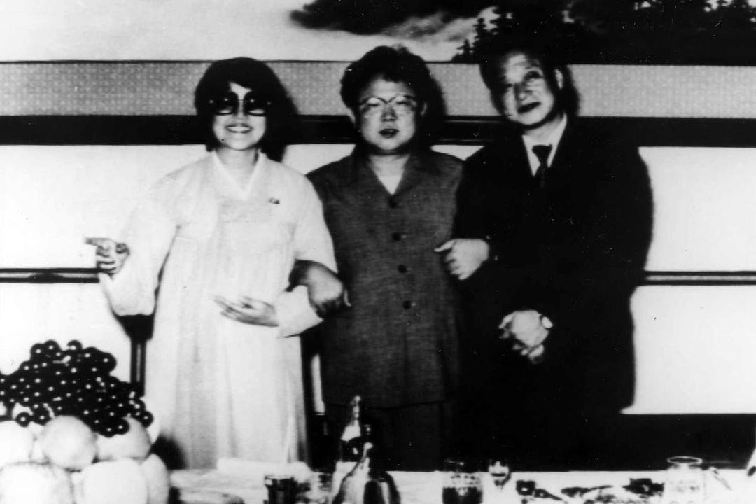 崔銀姬及申相玉曾於1978年先後被綁架至北韓,在北韓期間合作拍攝多部電影,兩人更復合再婚。圖為崔銀姬、申相玉與時任北韓領袖金正日合照。 圖片來源:東方 IC