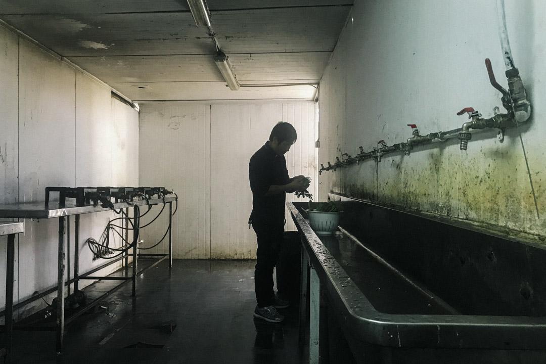 占忠華在中國建築工人的宿舍內。三年前,35歲的占忠華在建築工地發生事故,從高處墜落摔斷腳,此後他留在以色列等待和保險公司打官司,以求經濟賠償。