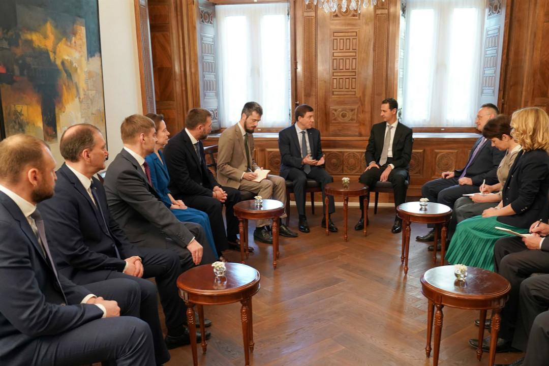 2018年4月15日,敘利亞大馬士革,在美法英空襲敘利亞後,敘利亞總統阿薩德會見來自「統一俄羅斯黨」代表團。   攝:Sana Handout/Imagine China
