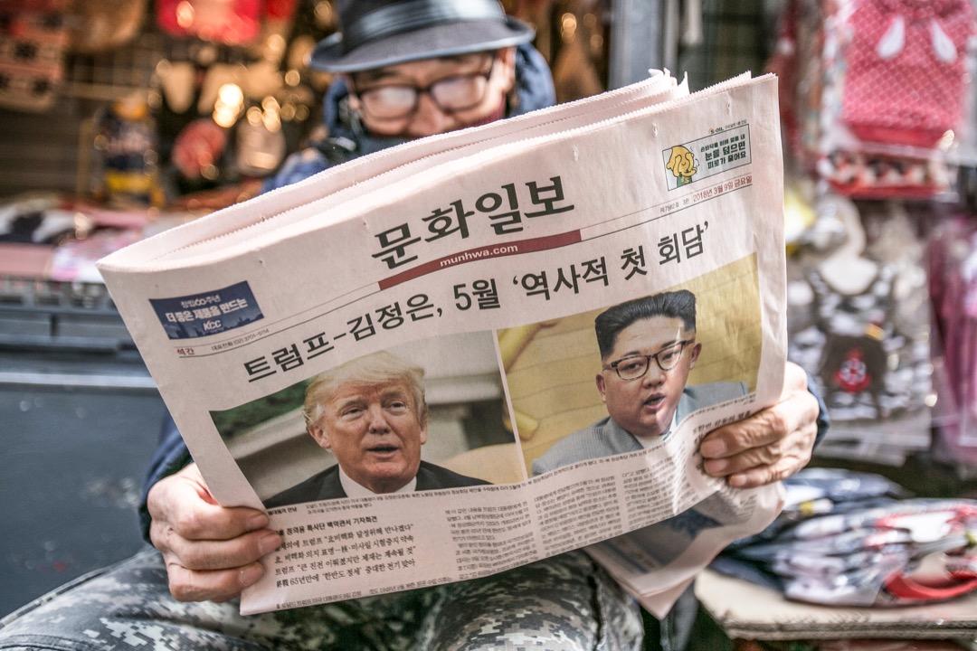 美國總統特朗普曾在28日的演講中稱,他認為美朝首腦會談將在「三四週之內舉行」。南韓總統府高官預計,北韓方面可能會在朝美首腦會談之前採取關閉核試驗場的措施。 攝:Jean Chung/Bloomberg via Getty Images