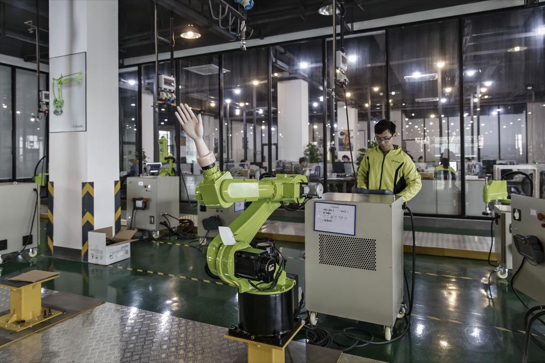 根據國際機器人協會2017年的資料顯示,中國機器人的密度為全球第23,約為一萬人配68台機器人。大企業正在嘗試以無人倉庫、無人機、自動駕駛等技術,取代傳統的倉儲工人和送貨員。