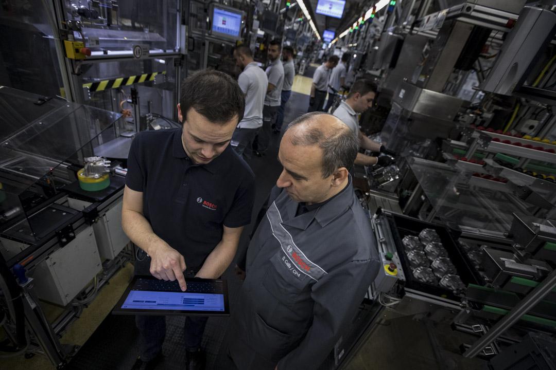 德國政府制定的《高科技戰略2020》,德國聯邦教育及研究部和聯邦經濟及科技部預計投資兩億歐元來提升製造業的電腦化、數字化和智能化。圖你為博世員工使用平板設備控制工廠的柴油汽車發動機共軌泵生產線。