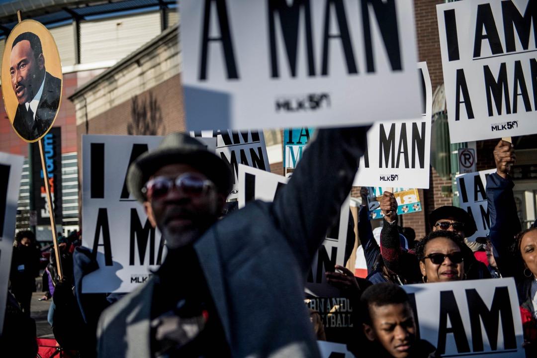 2018年4月4日,美國田納西州孟菲斯,有活動紀念馬丁·路德·金遇刺50週年,一名參加者高舉一張馬丁·路德·金的肖像。