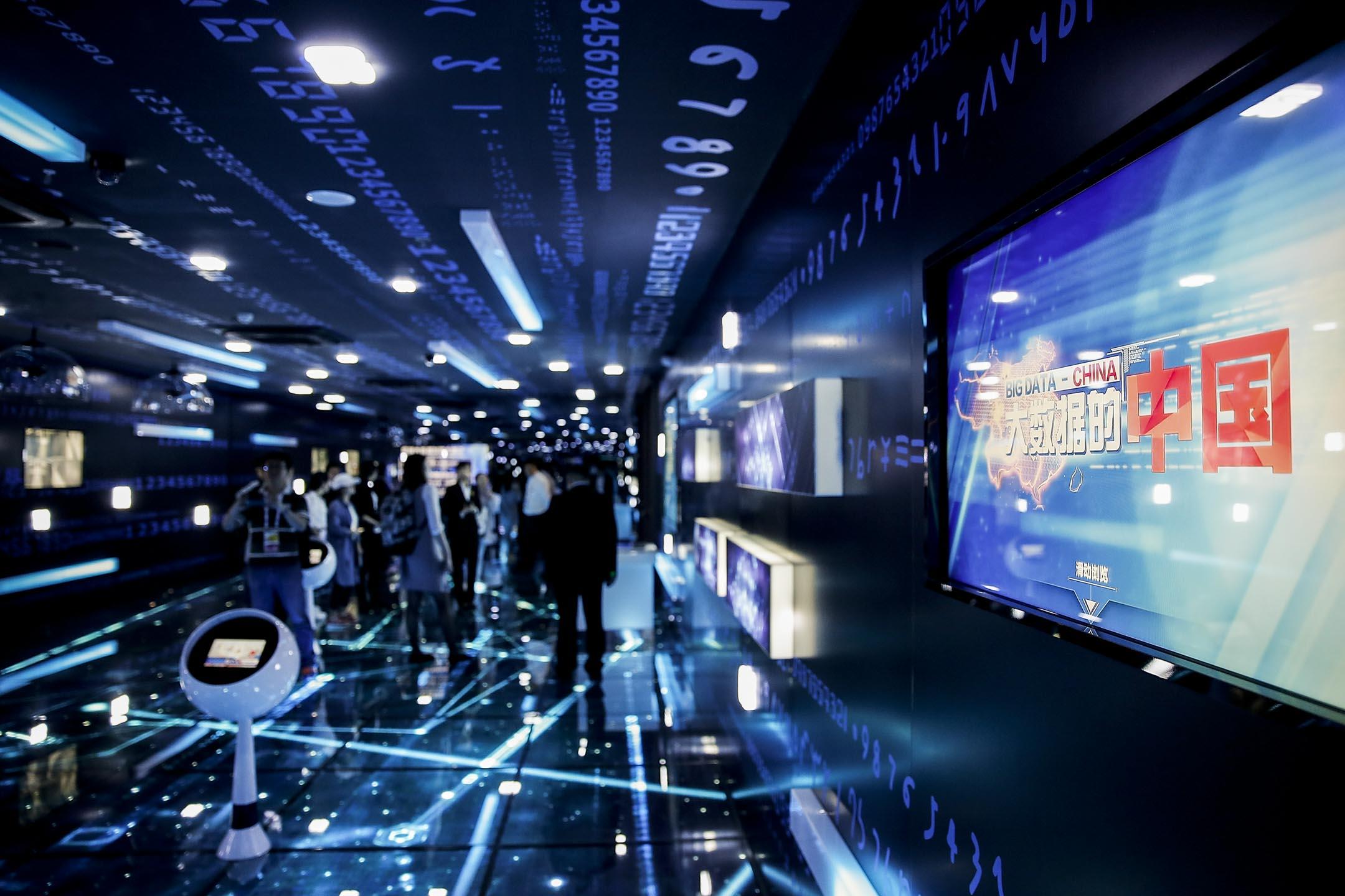 在這個每個人都變成了流動數據庫的世界,每個行為都會被記錄、共享。但是,當大數據滲透你在社會、生活的每一個角落時,這些我們產生的數據屬於誰?政府和企業有權使用、甚至對它們進行交易嗎?我們有沒有權利對這一切 say no?圖為2017年中國國際大數據產業博覽會在貴陽舉行。 攝:Lintao Zhang/Getty Images