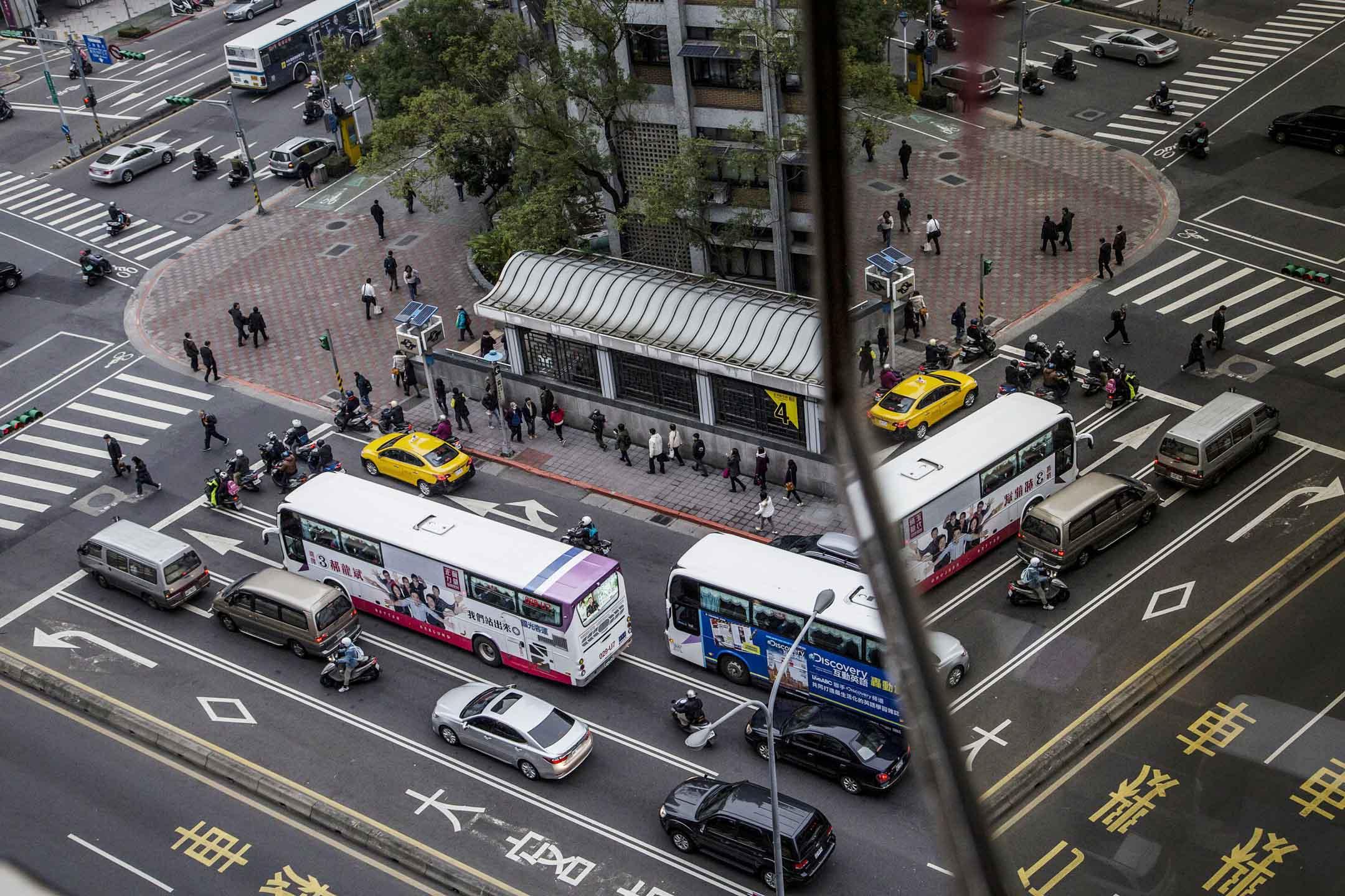 「跳蛙公車app」是民眾可以透過app自己規劃路線,輸入要去的地方、希望幾點到,之後募集到20人,交通局將儘速請公車業者規劃闢駛路線。如果順利地發展下去,將會越來越多人跟著跳蛙上班、下班,形成台北人的新體驗,也補足過往路線蒐集的不足。圖為台北交通配圖。 攝: Ulet Ifansasti/Getty Images