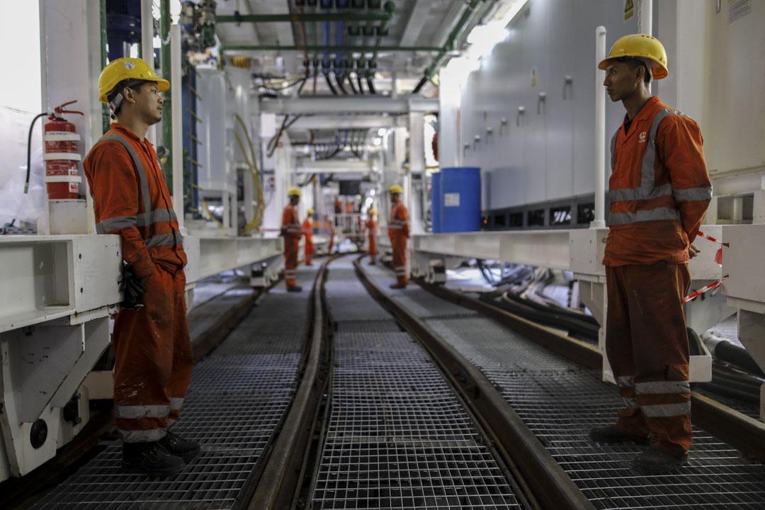 1992年以色列與中國建交,開始引入中國建築工人。這些工人大多來自農村,被高工資吸引,受聘於人力公司。圖為2017年2月19日,在以色列特拉維夫市以東的一處工地上,中國工人正在挖掘地下鐵路系統的隧道。