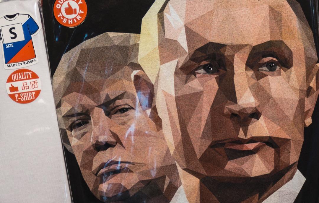 2016年夏天,美國多個情報部門獲得可靠證據,表明俄羅斯政府正在干預美國大選,手段主要是散布其盜取的不利於希拉莉和民主黨的電郵內容,以此來幫助更受普京青睞的特朗普獲勝。圖為俄羅斯聖彼得堡的一家紀念品店,擺賣著印有美國總統特朗普和俄羅斯總統普京頭像的T恤。