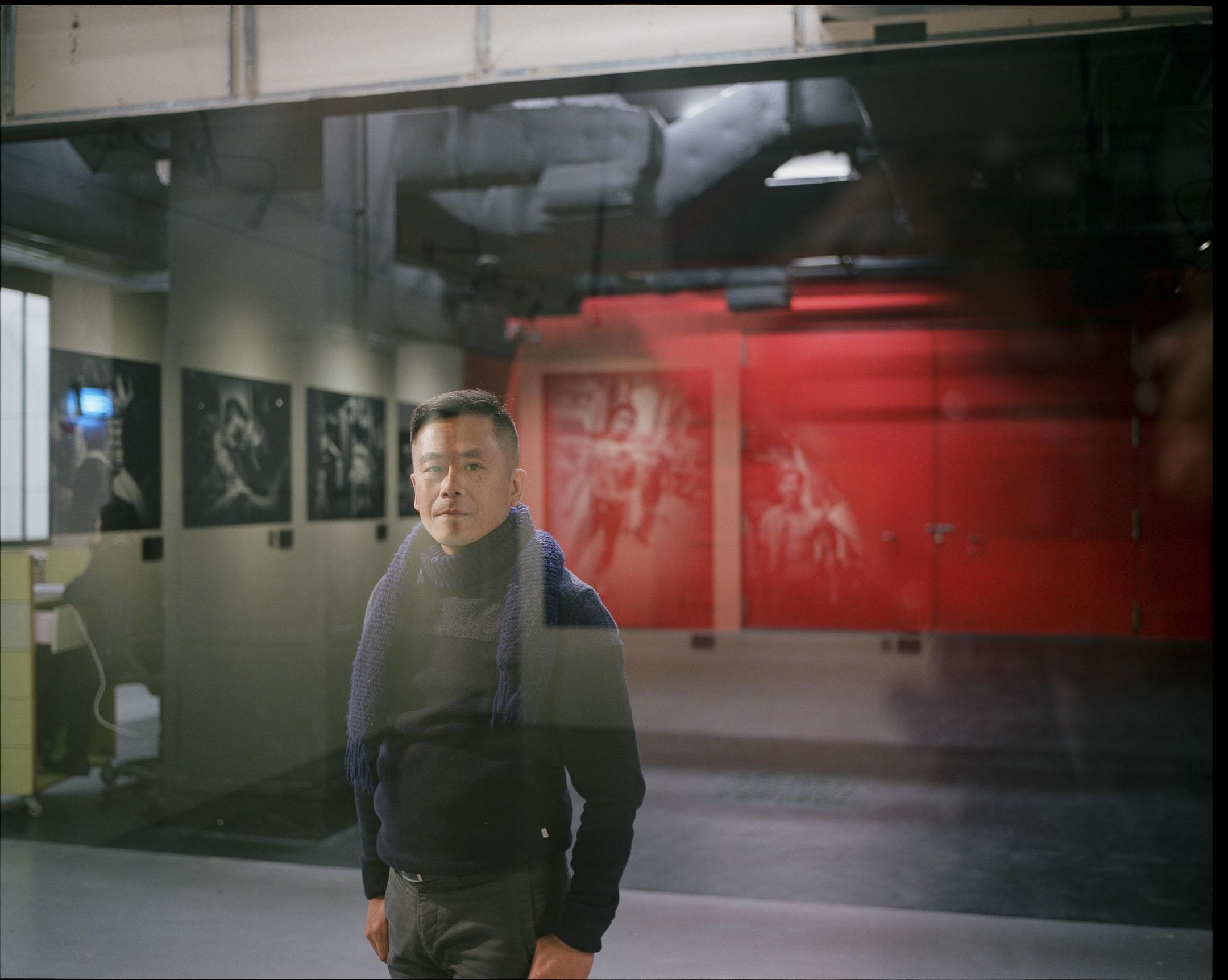 由紀實攝影到概念攝影,由影像到裝置,由直覺到策略,由批判到信仰,由雞蛋到高牆,謝至德的攝影創作和人生,與香港同樣是不斷變化中。 攝:林振東/端傳媒