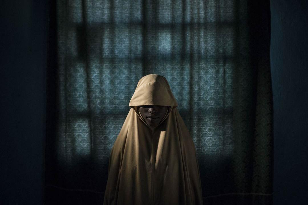 2017年9月21日,尼日利亞博爾諾州城鎮 Maiduguri,攝影師為14歲的Aisha拍下肖像。她曾經被當地恐怖組織「博科聖地」的成員綁架,並被派遣執行自殺式爆炸任務,但她最後成功逃離。