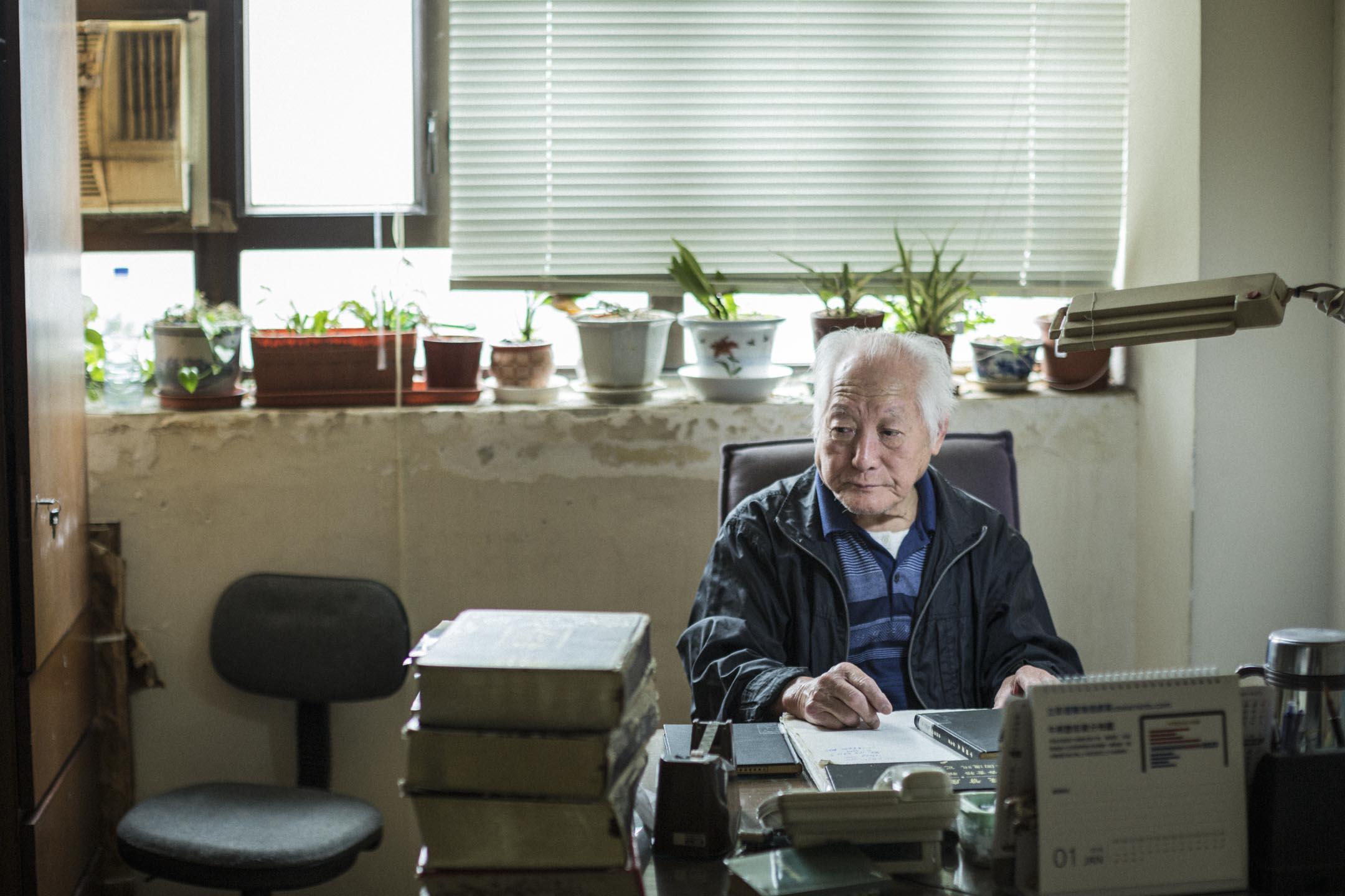「人人書局」那幾千呎的辦公室裏,平日只有年近九旬的總經理田文忠老先生,每早回到他的總經理辦公室,一個人,在靜靜讀書。 攝:陳焯煇/端傳媒