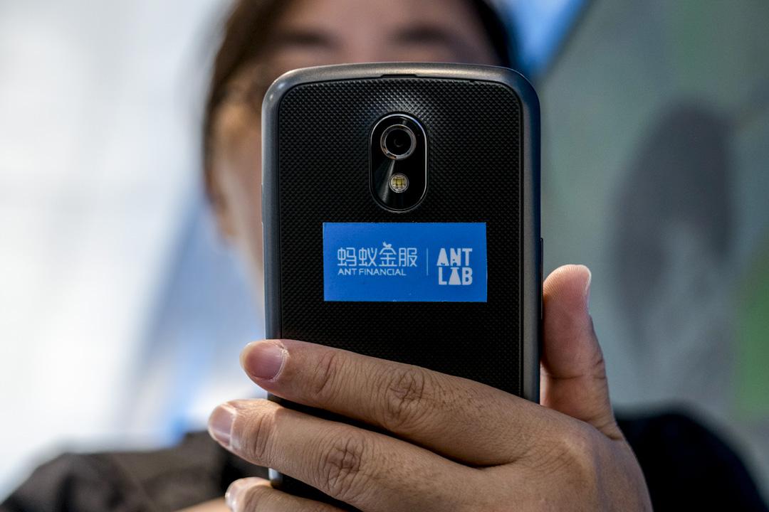 早在2015年,螞蟻金服旗下的芝麻信用、騰訊徵信等八家機構早已開始試水個人徵信業務。以芝麻信用為例,它會依據用戶的個人信息、消費行為等給用戶打分,分數高者可享受租車免押金等福利。