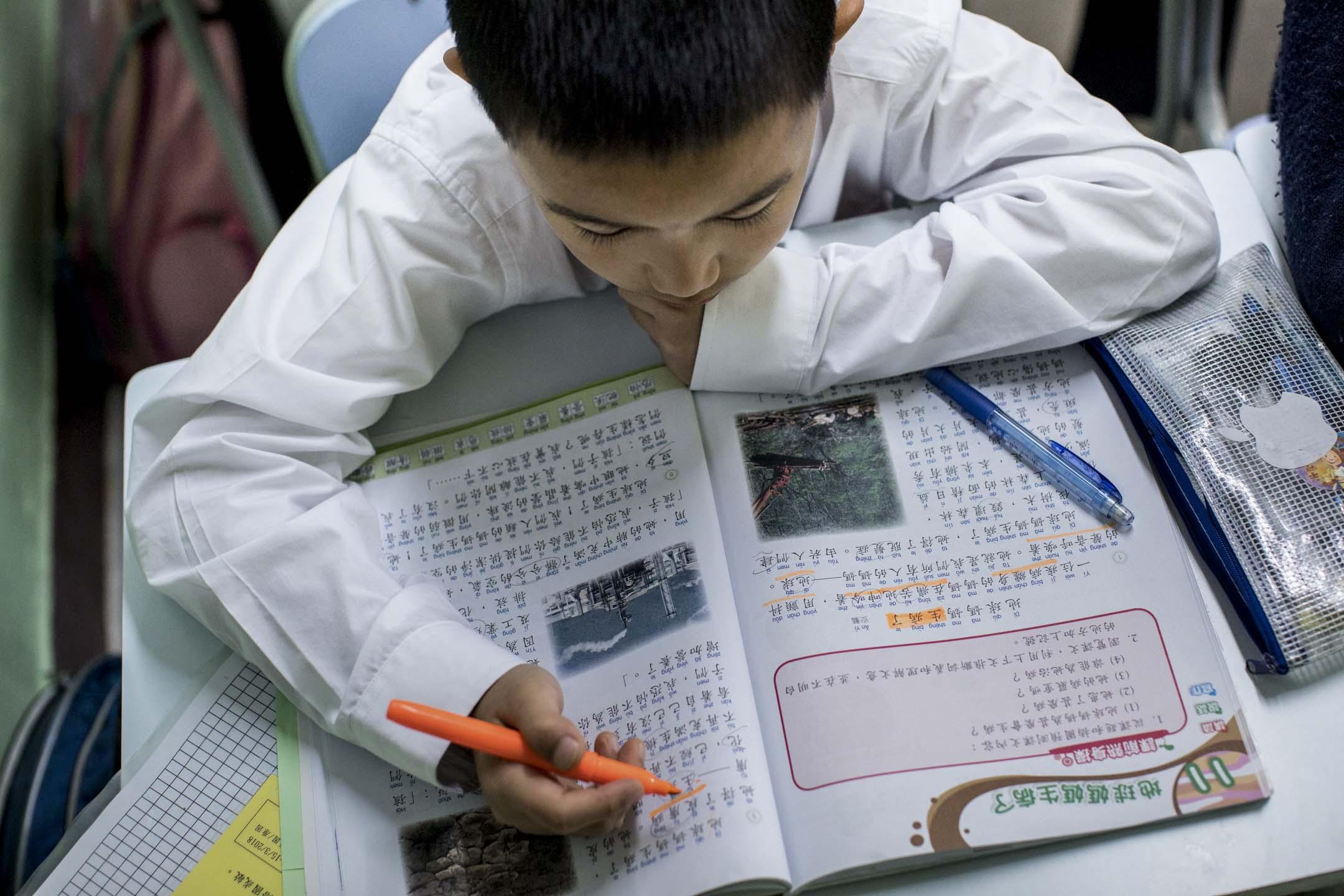 「普教中」熱潮近年似乎稍微減退了一些。根據「港語學」統計,2015/2016學年,參與「普教中」的中小學數目出現首次回落苗頭。圖為沙田崇真学校的學生正在上「普教中」。 攝:Stanley Leung/端傳媒
