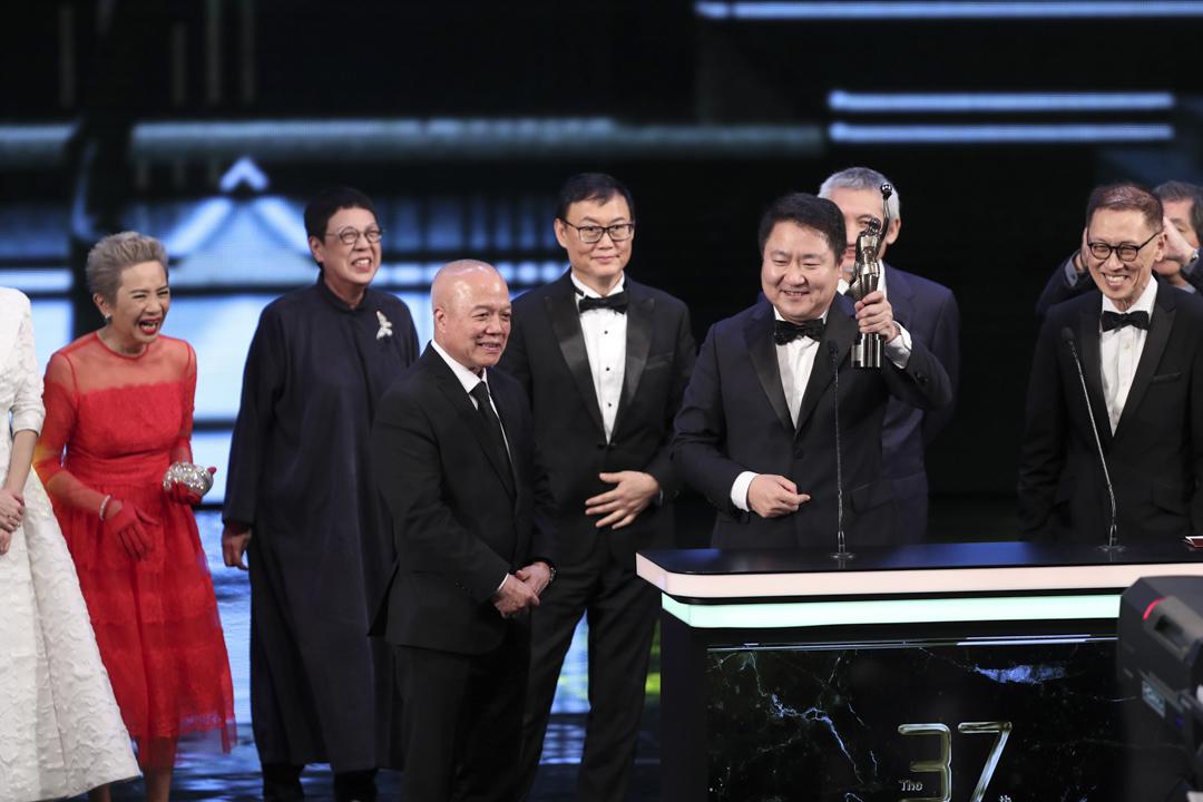 由六位新浪潮導演一同頒發的「最佳電影」,由許鞍華導演的《明月幾時有》奪得,監製于冬領獎。 攝:Imagine China