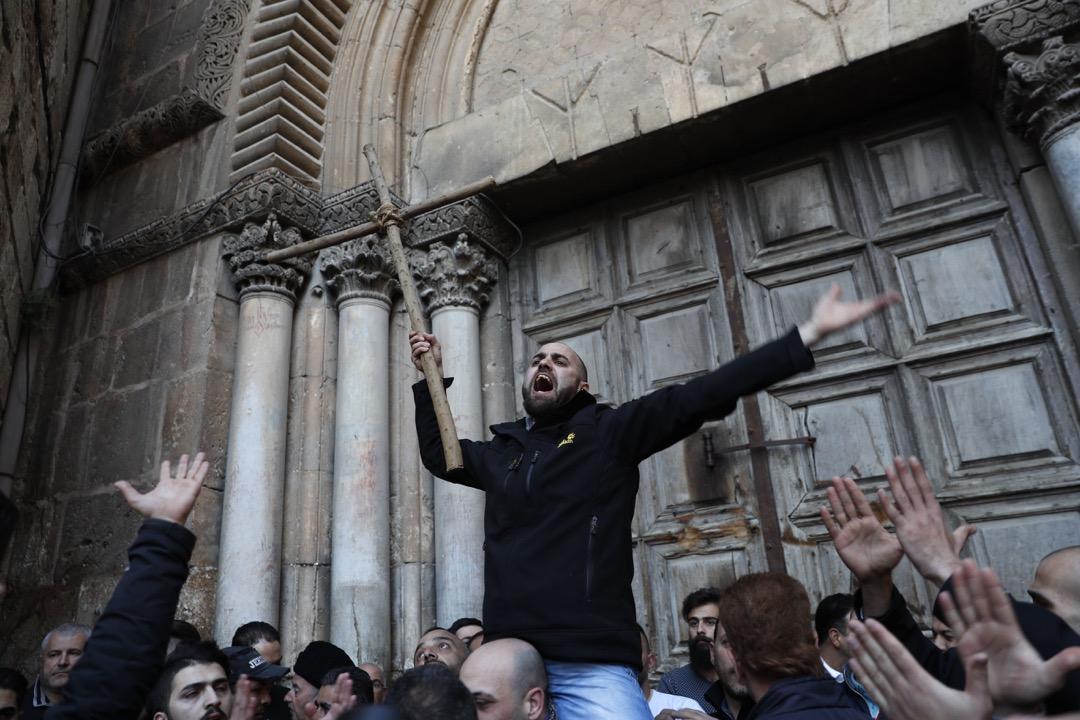 2018年2月27日,示威者拿著十字架,到聖墓教堂外示威抗議。