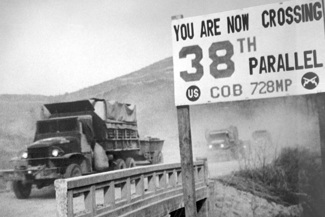 韓戰自1950年6月25日爆發,至1953年兩韓簽署停戰協定,但始終未曾締結和平條約;兩韓首腦峰會在即,維持近70年的兩韓戰爭對峙狀態可望正式終結。圖為1950年,聯合國軍自北韓平壤撤退,並退回三八線南方。 圖片來源:Interim Archives/Getty Images