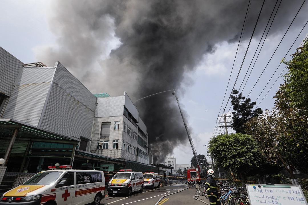 2018年4月29日,台北桃園市平鎮區敬鵬工廠大廈發生火災翌日,繼續有濃煙從大廈冒出。