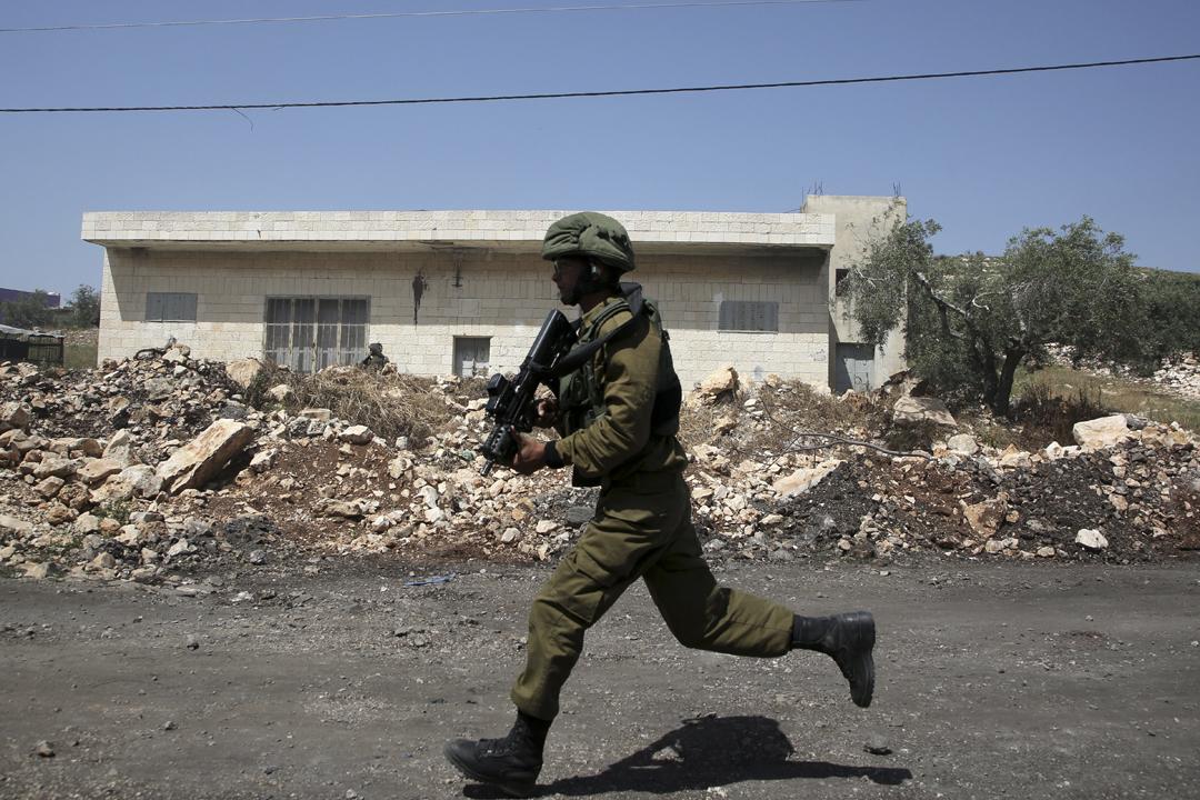 以色列軍方與巴勒斯坦平民自上月底在加沙地帶接壤以色列邊防爆發流血衝突;有傳媒公開片段,顯示有以軍涉嫌以槍擊巴勒斯坦平民取樂。圖為一名以色列士兵。 攝:Jaafar Ashtiyeh / Getty Images