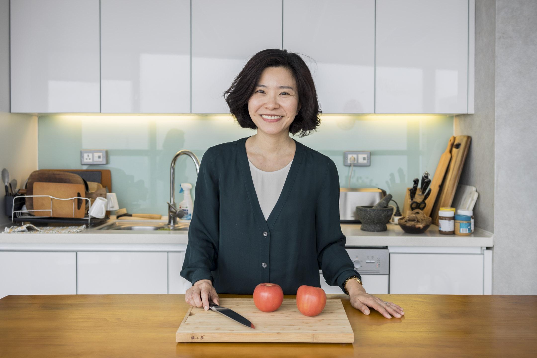 莊祖宜因出版第一本書《廚房裏的人類學家》而成名,這是第一次有人用中文記錄在西方廚藝專業學校進修的故事,加上經歷及社交媒體上的耕耘,多年來收穫了不少粉絲。  攝:鄒璧宇/端傳媒