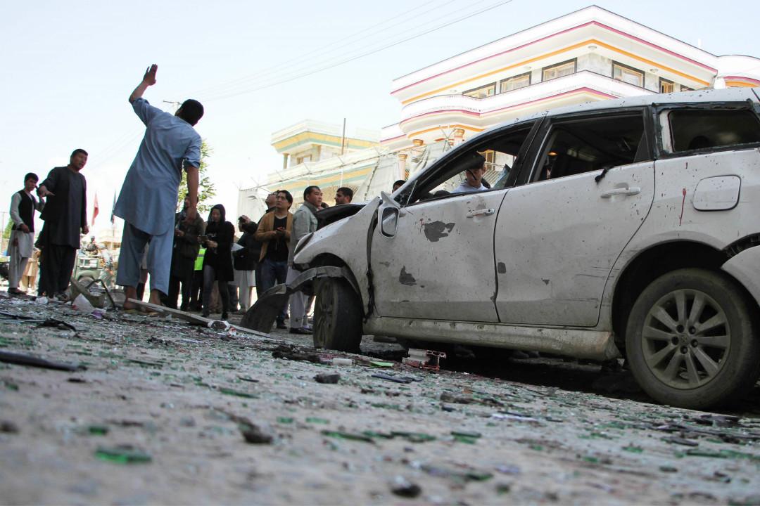 2018年4月22日,阿富汗首都喀布爾的一處選民登記中心發生自殺爆炸襲擊,造成至少57人死亡。 攝:Haroon Sabawoon/Getty Images