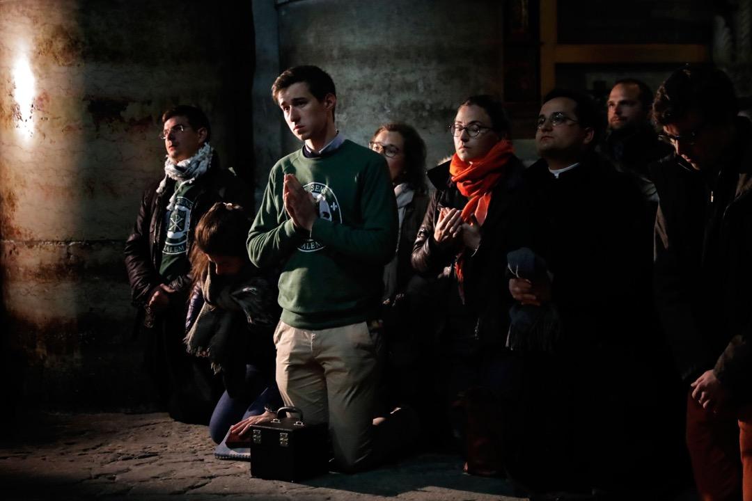 2018年2月28日,聖墓教堂重新把大門打開,信徒紛紛到教堂內跪拜祈禱。