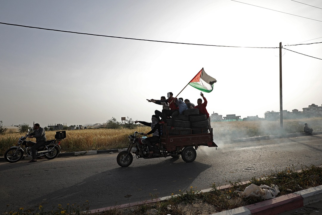 2018年4月4日,加沙地區,巴勒斯坦示威者乘著摩托車到處收集輪胎,預備在下週的大規模示威中用來焚燒,阻擋道路。