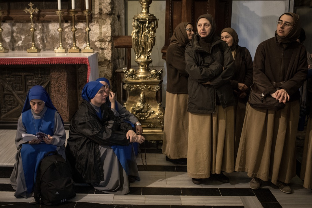 2018年3月29日,聖墓教堂舉行彌撒,修女們在旁觀看。