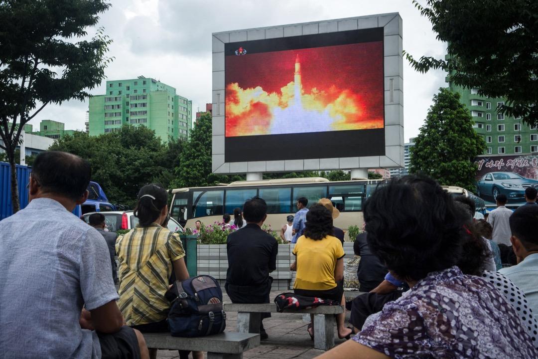 4月20日召開的北韓勞動黨第七屆三次會議上,金正恩宣布停止進行核試驗和發射洲際導彈(ICBM)以及關閉豐溪里核試驗場。但需要澄清北韓所主張的無核化到底是「北韓的無核化」還是「韓半島的無核化」的問題,如果是後者,那就會包括美軍的核武器以及韓半島周邊國家的核能力。