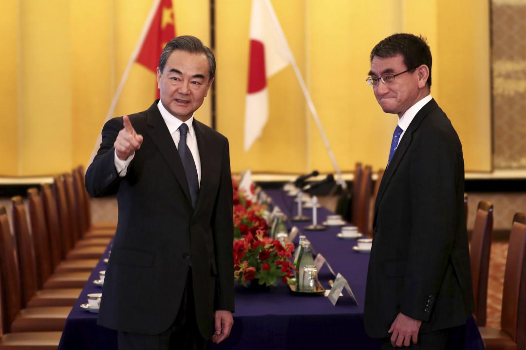 2018年4月15日,日本東京,對日本進行正式訪問的中國國務委員兼外交部長王毅與日本外相河野太郎。 攝:Imagine China