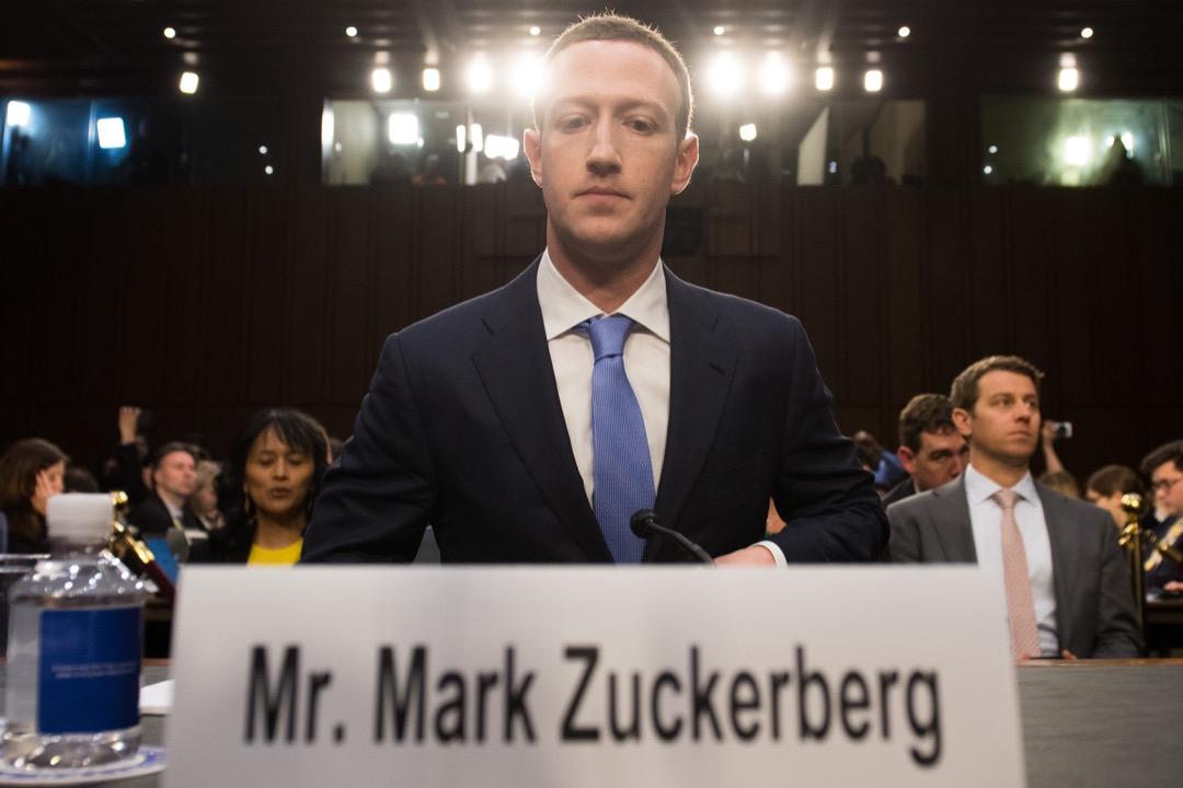 2018年4月10日,Facebook 創辦人兼行政總裁朱克伯格(Mark Zuckerberg)出席美國國會參議院聽證會。 攝:Alex Brandon/Imagine China