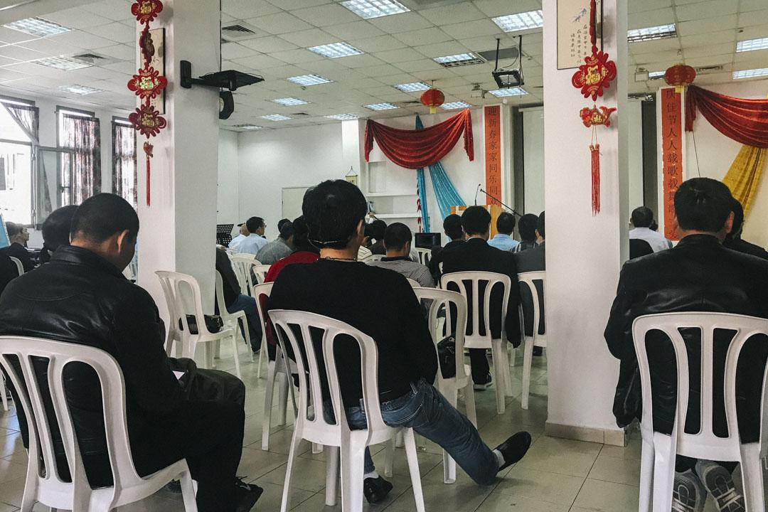 華人基督教會跟弟兄聚會坐落於特拉維夫城南部,工人們在那裏交新朋友、吃家鄉菜,參加教會活動。教會每兩三個月組織一次集體旅行,參觀以色列或者巴勒斯坦領地的景點,這幾乎成了像丁左勤一樣語言不通的中國工人們唯一的旅行機會。