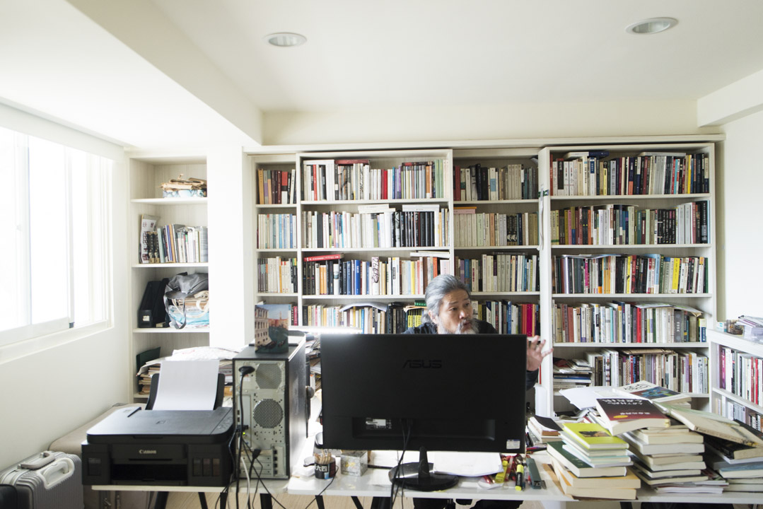 孟浪2015年選擇落腳台灣花蓮,三層樓高的別墅沒有太多傢俱與擺設,倒是書房內滿滿的各種書籍。