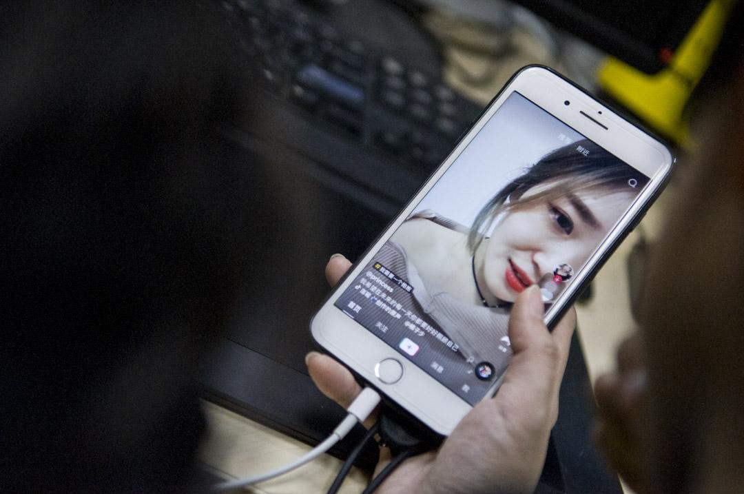 今年3月10日起,抖音被新浪微博封殺。4月9日,「今日頭條」創始人張一鳴發文,稱有人在24小時內雇了400個微信公眾號抹黑抖音。