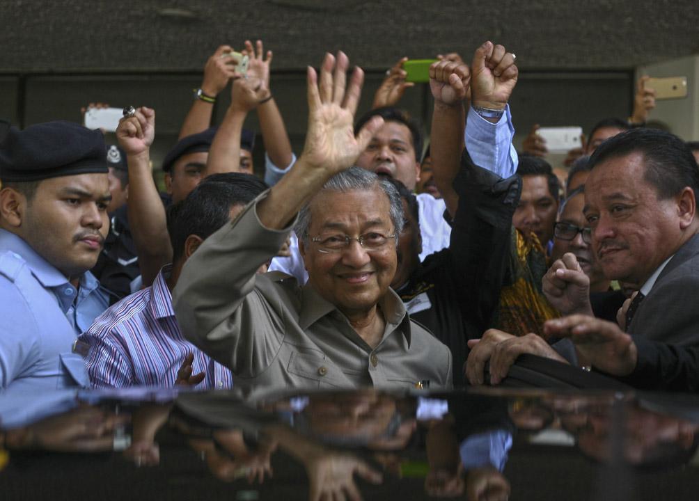 多年來以馬哈迪為鬥爭對象的在野聯盟政治人物,支持在野聯盟的所謂評論者,紛紛寫文章以各種奇怪理由試圖說服民眾為何「以大局計」要支持馬哈迪,並攻擊不滿在野聯盟和馬哈迪結盟的異議人士。
