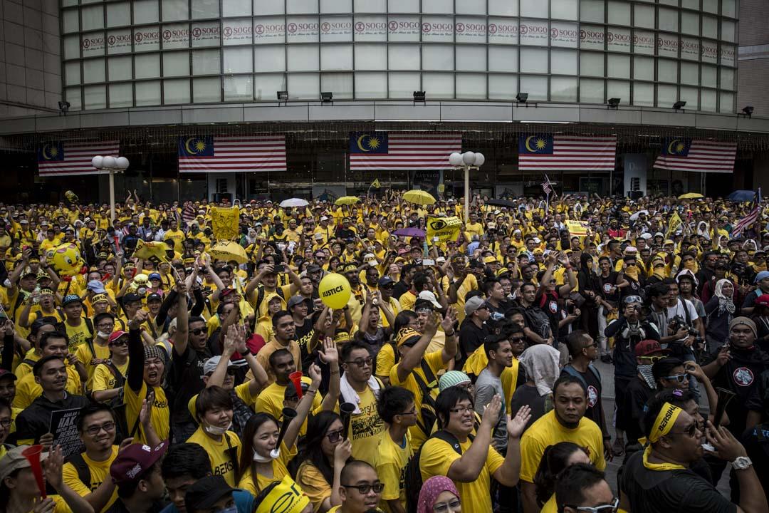 2015年8月29日,馬來西亞首都吉隆坡有50萬名示威者聚集在獨立廣場外,要求總理納吉辭職,不滿納吉於大馬國有投資基金「一馬發展公司」(1MDB)的弊案醜聞。