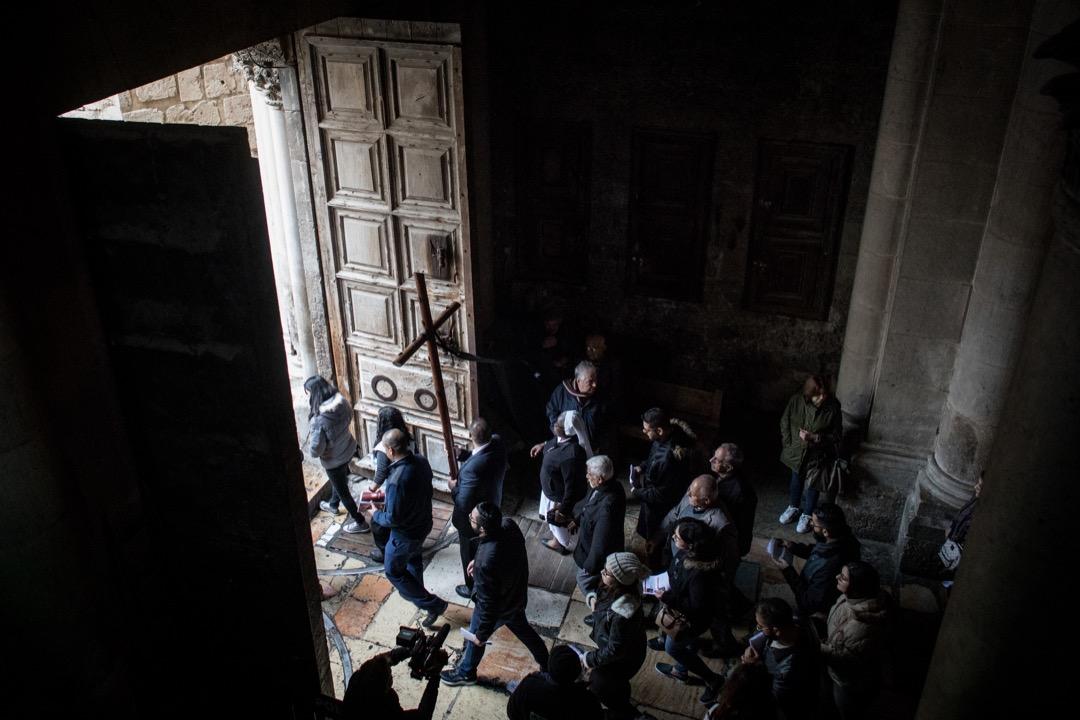 2018年3月30日,信徒們完成宗教遊行後,把一個木製十字架抬出教堂。