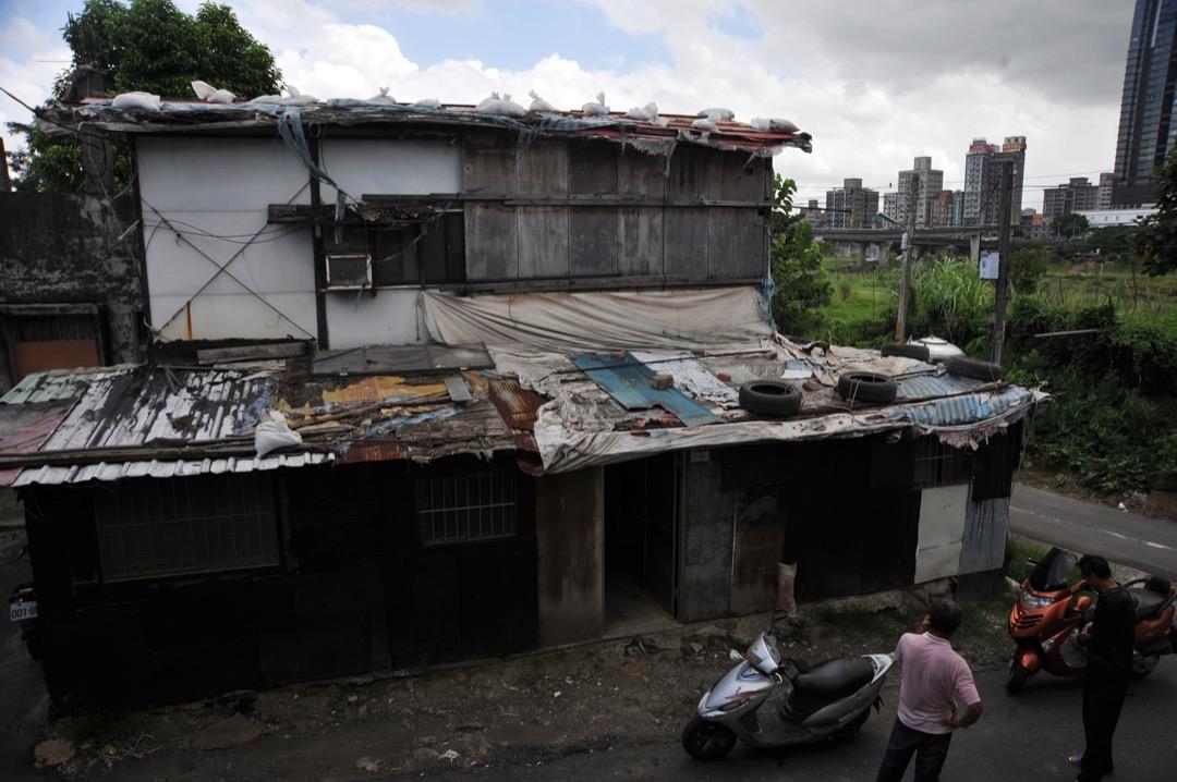 圖為台灣新北市的寮屋區,居民為即將降臨的颱風做準備。