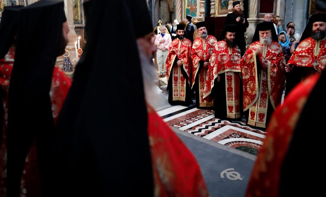 2016年10月26日,希臘東正教牧師在聖墓教堂內的禮拜堂參與彌撒。