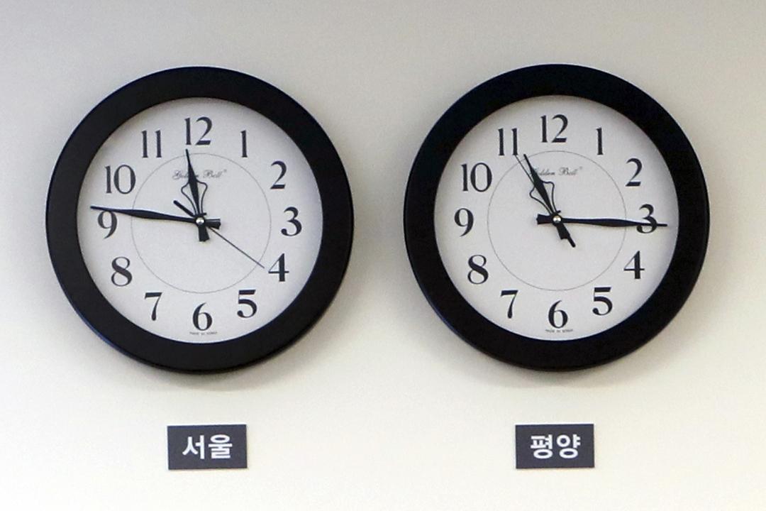 北韓官方公布「平壤時間」自下月5日起調快30分鐘、與南韓採用相同的標準時間。圖為上週五(27日)兩韓峰會場地、兩韓邊界南韓一側的「和平之家」一樓接待室,兩個掛牆時鐘分別顯示「首爾時間」及「平壤時間」。 圖片來源:Imagine China