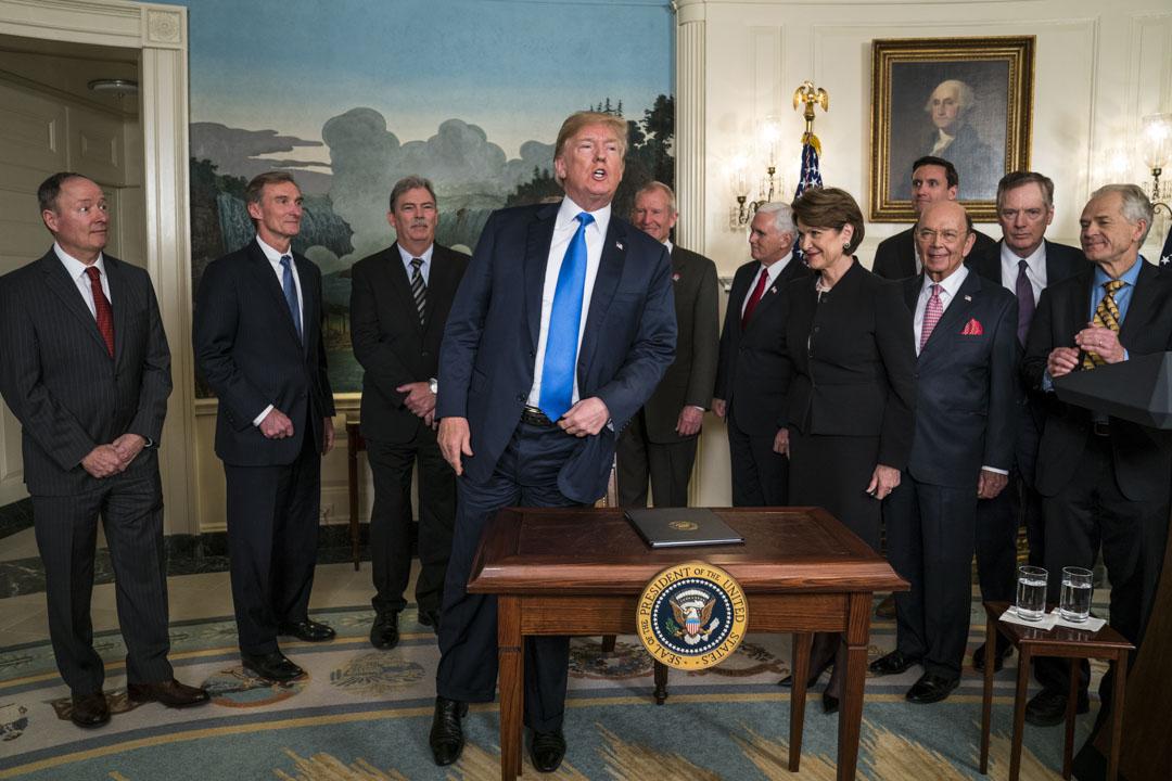 2018年3月22日,美國華盛頓,總統特朗普簽署總統備忘錄,宣布將對從中國進口的商品大規模征收關稅,涉稅的中國商品規模可達600億美元。
