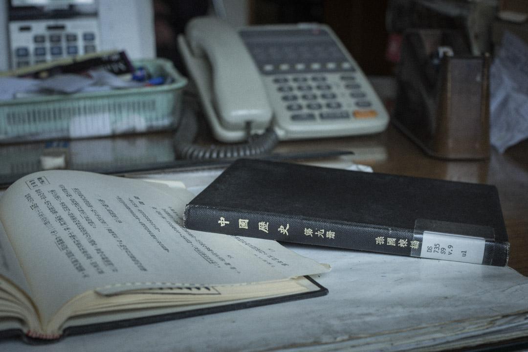 香港第一本中史課本《中國歷史》,六十多年前由「人人」出版——校訂者是國學大師錢穆,作者則是錢穆學生、史學家孫國棟。