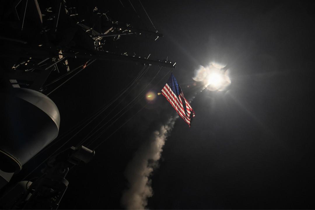 2017年4月7日,特朗普下令向敘利亞政府軍空軍基地發射59枚戰斧巡航導彈。 攝:Seaman Ford Williams/Imagine China