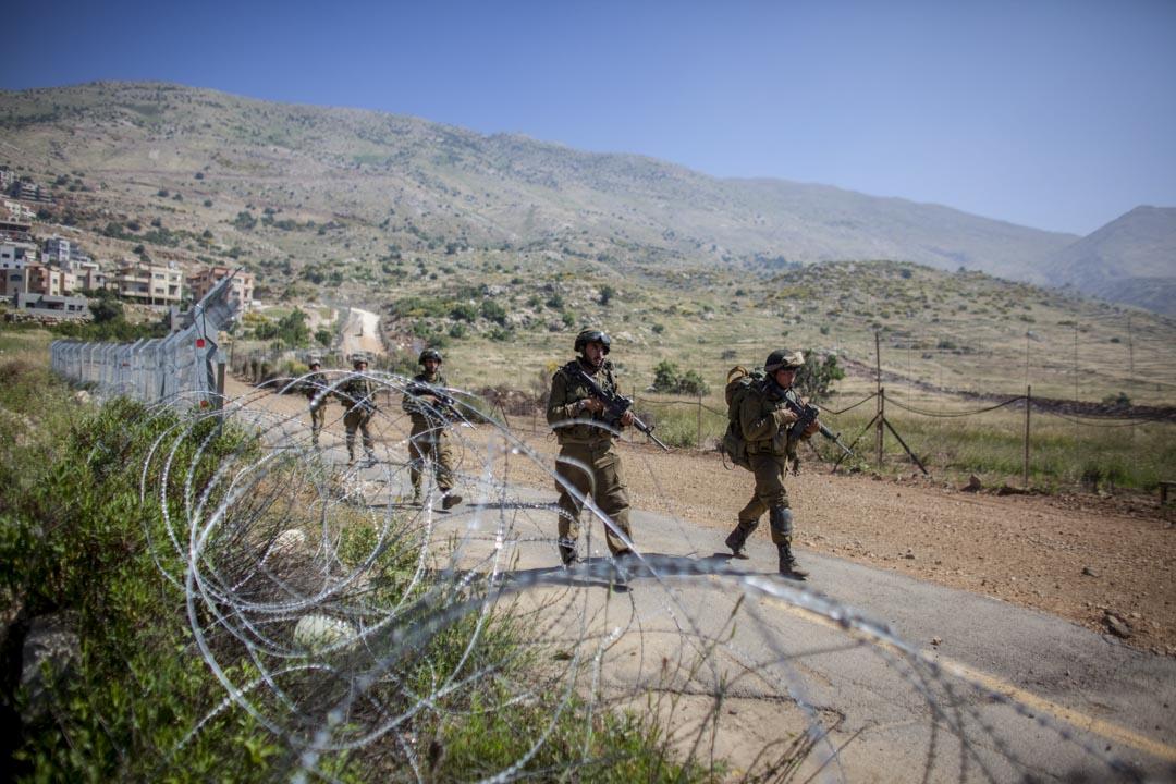 以色列國土地勢狹長,領土東西寬度最短處只有15千米,最長處也不過114千米。敵人從東部來犯時幾乎無險可守。而西岸地區正如以色列身前一片厚厚的胸甲,是猶太國家不可或缺的安全屏障。圖為以色列士兵邊境巡邏。