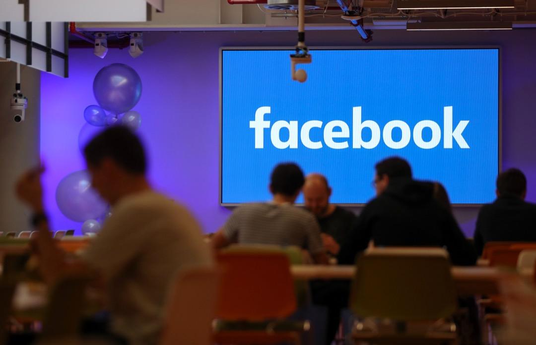 2018年4月24日,Facebook 創辦人兼行政總裁朱克伯格在自己的頁面公告了Facebook全新的社群守則,並宣布要進一步推動下架文章的覆核機制。 攝:Daniel Leal-Olivas/AFP/Getty Images
