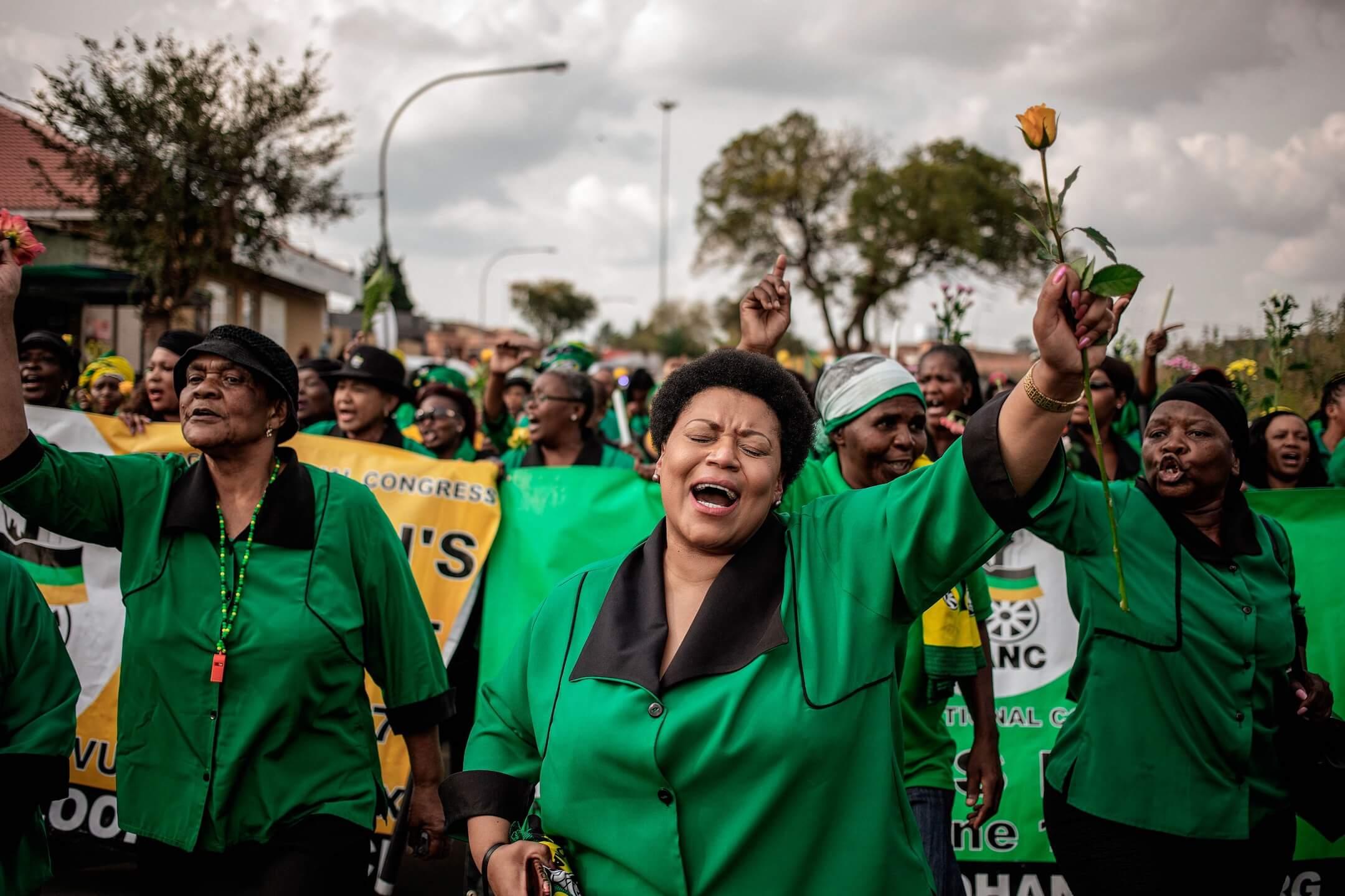 2018年4月4日,南非約翰內斯堡城鎮索韋托,非洲人國民大會 (African National Congress, ANC) 女子聯盟成員到街上遊行,紀念剛逝世的反種族隔離運動抗爭者、兼已故南非總統曼德拉前妻 Winnie Madikizela-Mandela。 攝:Gianluigi Guercia/AFP/Getty Images