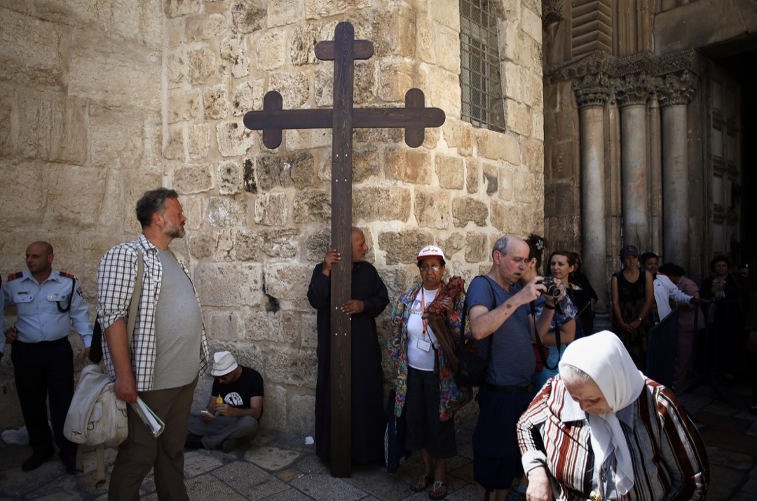 2014年4月18日,基督教朝聖者在聖墓教堂門前聚集,準備在「受難之路」(Via Dolorosa) 上展開宗教遊行。