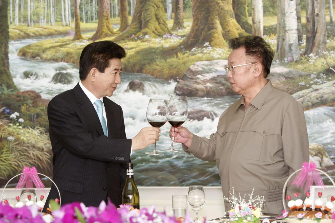 2007年10月4日,時任南韓總統盧武鉉與時任北韓領袖金正日於北韓首都平壤舉行峰會,簽署《北南關係發展與和平繁榮宣言》。