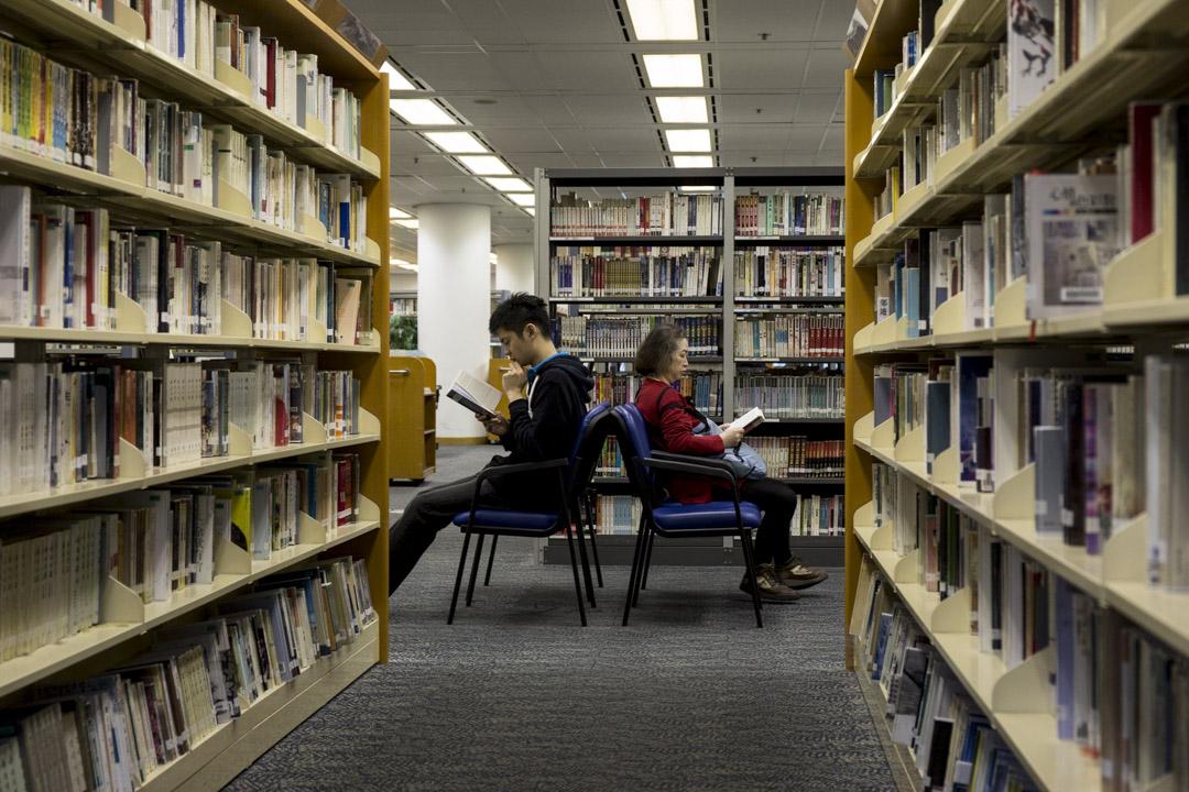 民政事務局回覆立法會議員查詢時公布,去年公共圖書館借閱量最高十本的成人中文非小說類書籍首10位,其中九本是旅遊書,唯一一本上榜的非旅遊書藉是「香港中學文憑試‧中國語文」。  攝:林振東/端傳媒