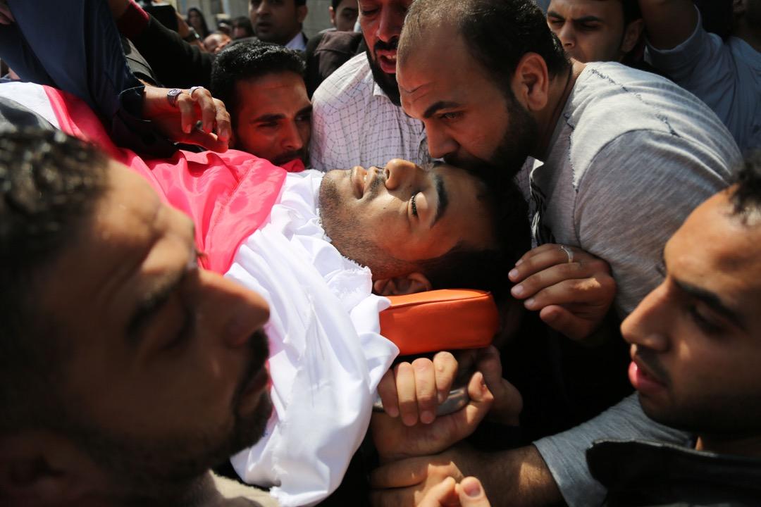 悼念者把31歲巴勒斯坦攝影記者Yasser Murtaja的遺體抬到喪禮場地。
