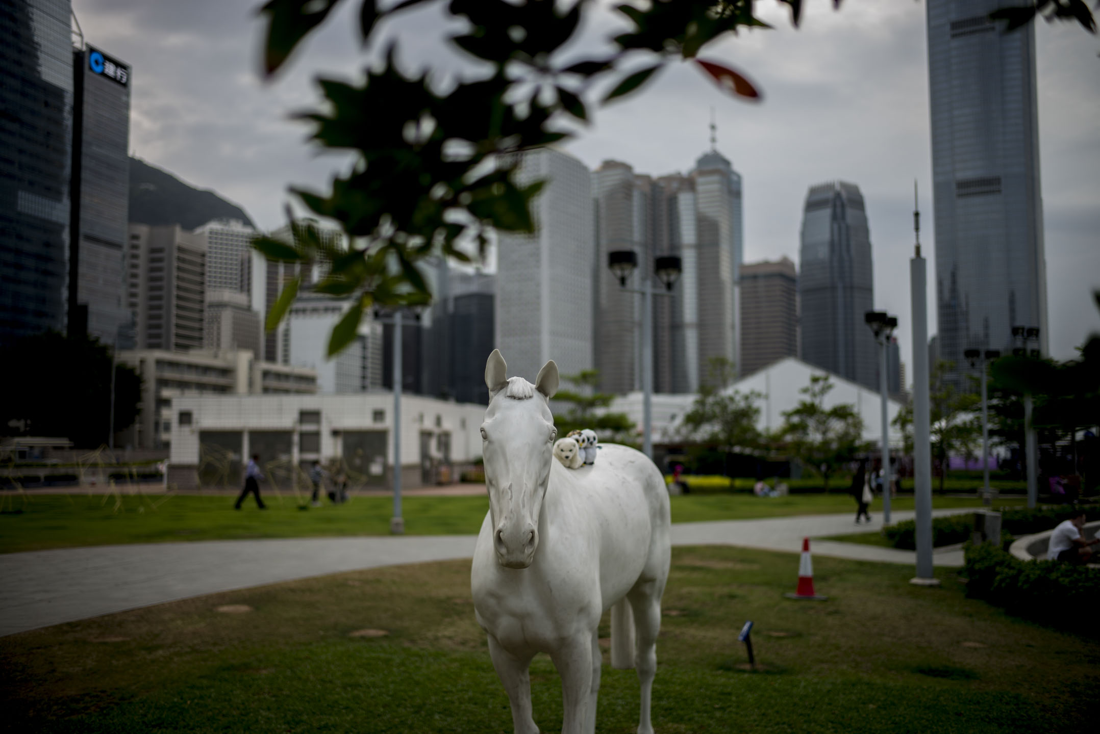 十年之間的香港當代藝術,由仰賴政府資助的小眾活動,變成能賺錢的盛事,交易金額隨著國際級畫廊進駐水漲船高、公私營藝術機構爭相把重點項目擠進黃金檔期──但藝術大爆炸的背後,真正的受惠的,會是為藝術勞動的人嗎? 攝:林振東/端傳媒
